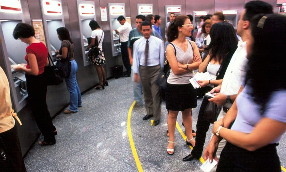 Qual o horário de funcionamento dos bancos e financeira?